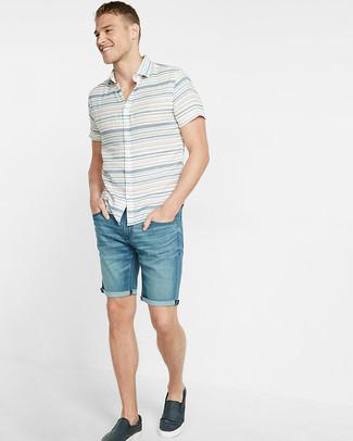 Comment porter: chemise à manches courtes à rayures horizontales blanche, short en denim bleu, baskets à enfiler en cuir bleu marine
