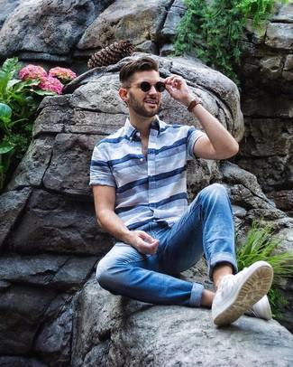 Comment porter: chemise à manches courtes à rayures horizontales bleu clair, jean bleu, baskets basses blanches