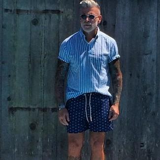 Comment porter: chemise à manches courtes à rayures verticales blanc et bleu, short á pois bleu marine