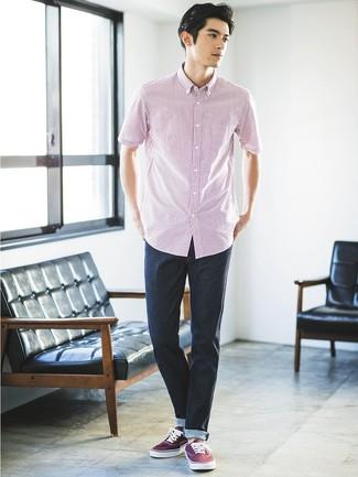 Comment porter: chemise à manches courtes à rayures verticales blanc et rouge, jean bleu marine, baskets basses en toile bordeaux