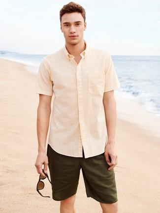 Comment porter: chemise à manches courtes à rayures verticales jaune, short olive