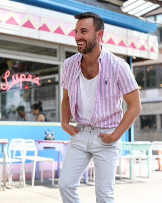 Comment porter: chemise à manches courtes à rayures verticales rose, débardeur blanc, jean skinny gris