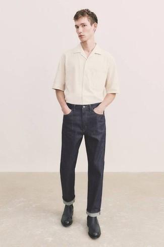 Tendances mode hommes: Porte une chemise à manches courtes beige et un jean gris foncé pour un déjeuner le dimanche entre amis. D'une humeur créatrice? Assortis ta tenue avec une paire de bottines chelsea en cuir noires.