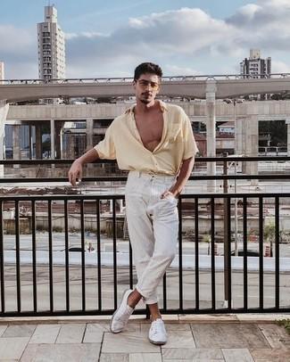 Tendances mode hommes: Choisis une chemise à manches courtes beige et un pantalon chino à rayures verticales blanc pour obtenir un look relax mais stylé. Cette tenue est parfait avec une paire de baskets basses en toile blanches.