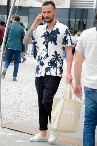 Comment porter un pantalon chino bleu marine: Pense à porter une chemise à manches courtes imprimée blanc et bleu marine et un pantalon chino bleu marine pour obtenir un look relax mais stylé. Une paire de des baskets basses en toile jaunes est une option judicieux pour complèter cette tenue.