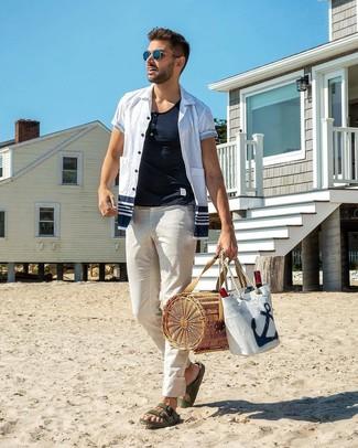 Comment porter: chemise à manches courtes blanc et bleu marine, t-shirt à col boutonné blanc, pantalon chino blanc, sandales en cuir vert foncé