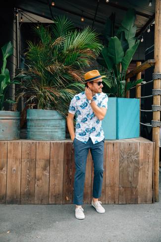Comment porter: chemise à manches courtes à fleurs blanc et bleu, pantalon chino bleu marine, tennis beiges, chapeau de paille marron clair