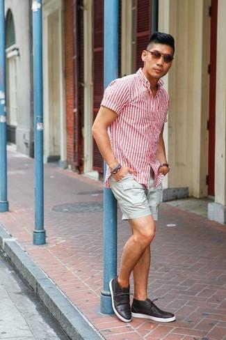 Comment porter: chemise à manches courtes à rayures verticales blanc et rouge, short gris, bottines chukka en cuir marron foncé, lunettes de soleil marron