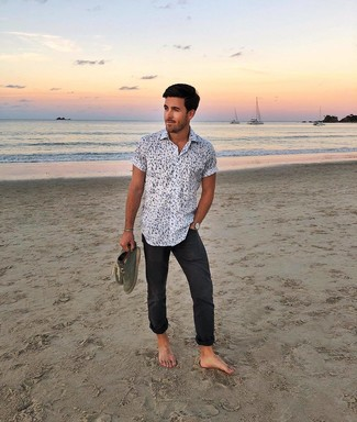 Comment porter: chemise à manches courtes imprimée blanche et noire, pantalon chino noir, espadrilles en daim olive, montre en cuir marron clair