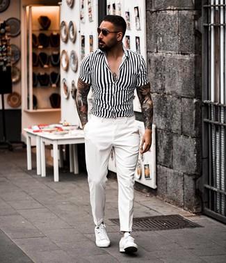 Comment porter: chemise à manches courtes à rayures verticales blanche et noire, pantalon de costume blanc, baskets basses en cuir blanches, lunettes de soleil marron foncé