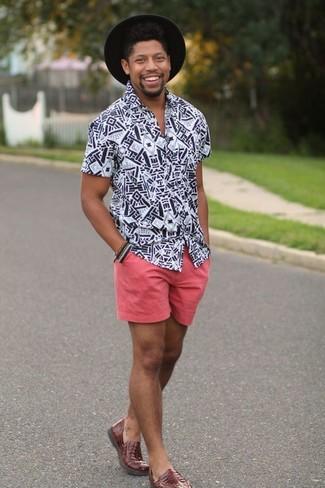 Comment porter: chemise à manches courtes imprimée blanche et noire, short rose, slippers en cuir marron, chapeau en laine noir