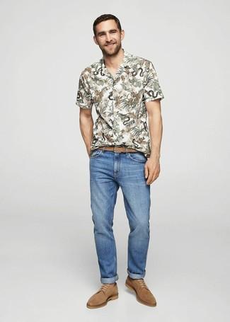 Comment porter: chemise à manches courtes à fleurs blanche, jean bleu, chaussures derby en daim marron clair, ceinture en cuir tressée marron clair