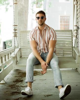 Comment porter: chemise à manches courtes à rayures verticales blanche, jean bleu clair, baskets basses en toile blanches, lunettes de soleil noires