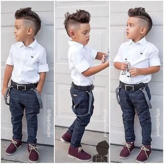 Comment porter: chemise à manches courtes blanche, jean bleu marine, bottines chukka bordeaux