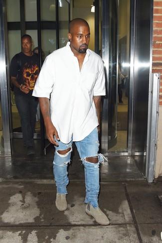 Comment porter: chemise à manches courtes blanche, jean déchiré bleu clair, bottines chelsea en daim grises