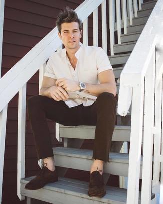 Comment porter: chemise à manches courtes blanche, jean marron foncé, chaussures brogues en daim marron foncé