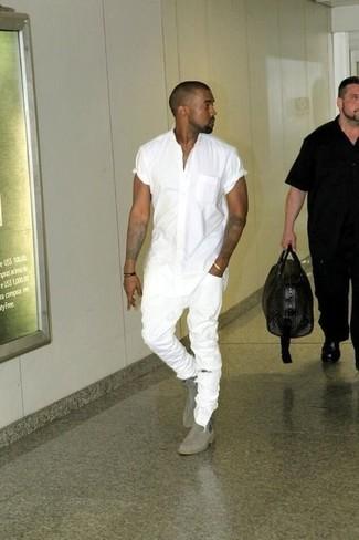 Tenue de Kanye West: Chemise à manches courtes blanche, Jean skinny déchiré blanc, Bottines chelsea en daim grises