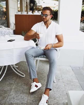 Comment porter des lunettes de soleil grises: Associe une chemise à manches courtes blanche avec des lunettes de soleil grises pour une tenue idéale le week-end. Apportez une touche d'élégance à votre tenue avec une paire de des baskets basses en cuir imprimées blanches.