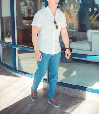 Comment porter: chemise à manches courtes blanche, pantalon chino bleu clair, tennis gris