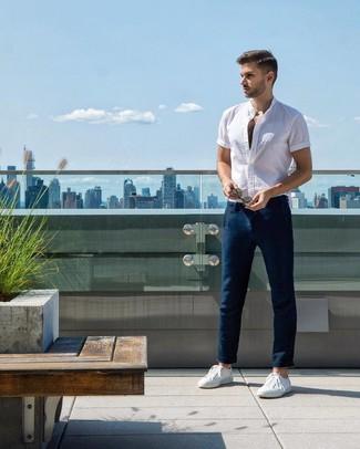 Comment porter: chemise à manches courtes blanche, pantalon chino bleu marine, baskets basses blanches