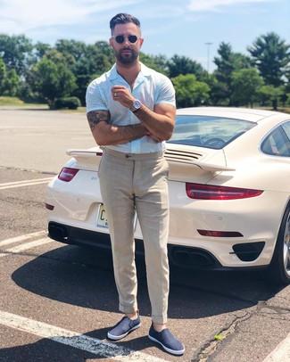 Comment porter: chemise à manches courtes blanche, pantalon de costume en lin beige, baskets à enfiler bleu marine, montre argentée