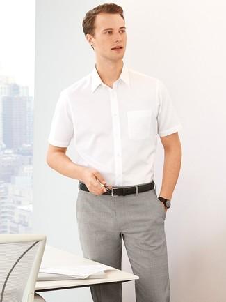 Tenue  Chemise à manches courtes blanche, Pantalon de costume écossais  gris, Ceinture en cuir noire   Mode hommes   Lookastic France 1ef4f8cf823