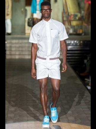 Comment porter: chemise à manches courtes blanche, short blanc, baskets basses turquoise, ceinture en toile à rayures horizontales rouge et bleu marine
