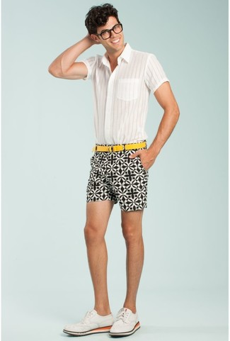 Comment porter: chemise à manches courtes à rayures verticales blanche, short imprimé blanc et noir, chaussures brogues en daim blanches, ceinture en toile jaune