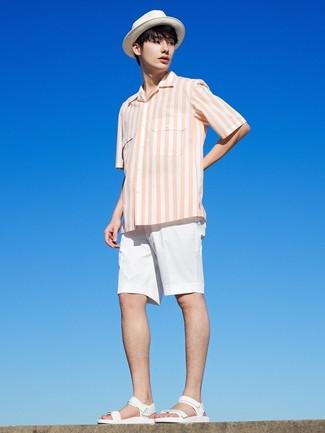 Comment porter: chemise à manches courtes à rayures verticales blanche, short blanc, sandales en cuir blanches, chapeau de paille blanc