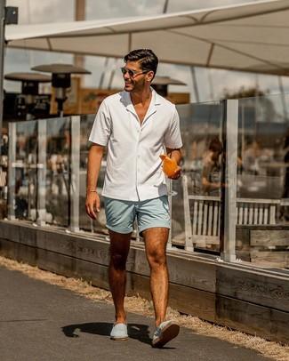 Comment porter: chemise à manches courtes blanche, short bleu clair, espadrilles en toile bleu clair