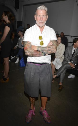 Tenue de Nick Wooster: Chemise à manches courtes blanche, Short gris, Chaussures de sport fuchsia