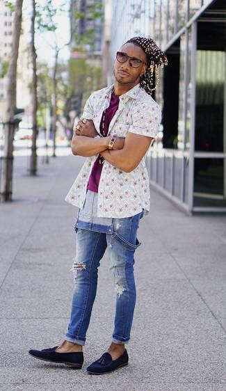 Comment porter: chemise à manches courtes à fleurs blanche, t-shirt à col rond pourpre, salopette en denim bleue, mocassins à pampilles en daim bleu marine