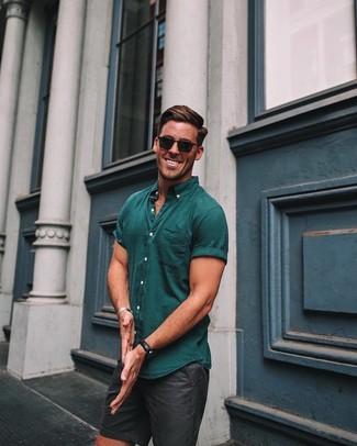 Comment porter: chemise à manches courtes bleu canard, short noir, lunettes de soleil noires, montre en cuir noire