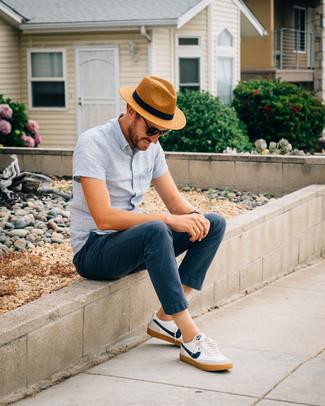 Comment porter: chemise à manches courtes en lin bleu clair, pantalon chino bleu marine, baskets basses blanc et bleu marine, chapeau de paille marron clair