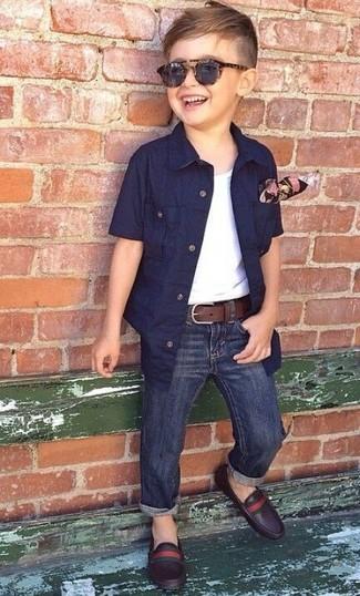 Comment porter: chemise à manches courtes bleu marine, débardeur blanc, jean bleu marine, slippers en cuir marron foncé