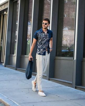 Comment porter: chemise à manches courtes à fleurs bleu marine et blanc, pantalon chino à rayures verticales blanc et bleu marine, baskets basses en toile blanches, sac fourre-tout en toile bleu marine