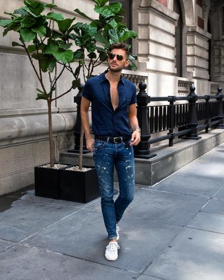 Comment porter: chemise à manches courtes bleu marine, jean bleu, baskets basses blanches, ceinture en cuir tressée noire
