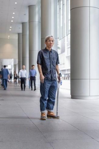Comment s'habiller après 40 ans: Pense à opter pour une chemise à manches courtes imprimée bleu marine et un jean bleu pour un déjeuner le dimanche entre amis. Tu veux y aller doucement avec les chaussures? Termine ce look avec une paire de des bottes d'hiver marron clair pour la journée.