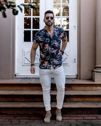 Comment porter: chemise à manches courtes à fleurs bleu marine, jean skinny blanc, chaussures derby en daim beiges, lunettes de soleil noires