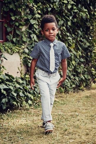 Comment porter: chemise à manches courtes á pois bleu marine, pantalon bleu clair, chaussures richelieu bleues, cravate bleu clair
