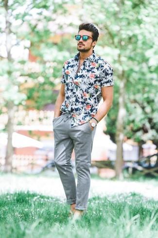 Comment porter: chemise à manches courtes à fleurs bleu marine, pantalon chino gris, lunettes de soleil vertes, montre en cuir beige