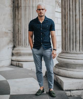 Comment porter: chemise à manches courtes imprimée bleu marine, pantalon chino gris, mocassins à pampilles en daim vert foncé, montre en cuir noire