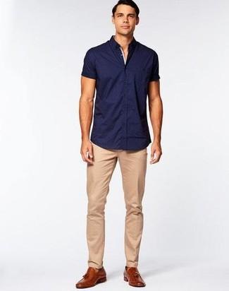 Comment porter: chemise à manches courtes bleu marine, pantalon chino marron clair, mocassins à pampilles en cuir marron