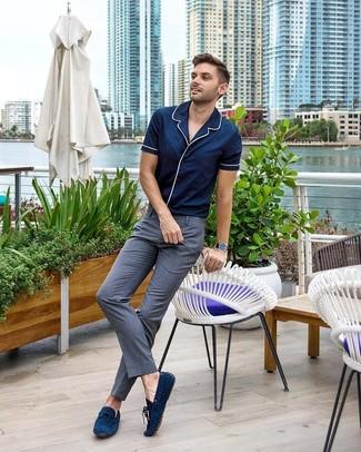 Comment porter: chemise à manches courtes bleu marine, pantalon de costume gris, mocassins en daim bleu marine