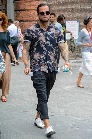 Comment porter: chemise à manches courtes à fleurs bleu marine, pantalon de jogging gris foncé, baskets basses en cuir blanches, lunettes de soleil noires