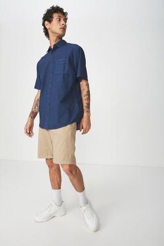 Comment s'habiller à l'adolescence: Essaie d'harmoniser une chemise à manches courtes bleu marine avec un short marron clair pour une tenue confortable aussi composée avec goût. Cet ensemble est parfait avec une paire de des baskets basses en cuir blanches.