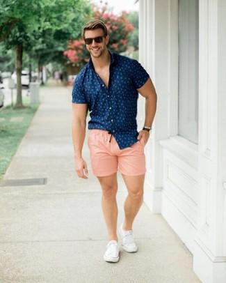 Comment porter: chemise à manches courtes imprimée bleu marine, short rose, baskets basses en toile blanches, lunettes de soleil marron foncé