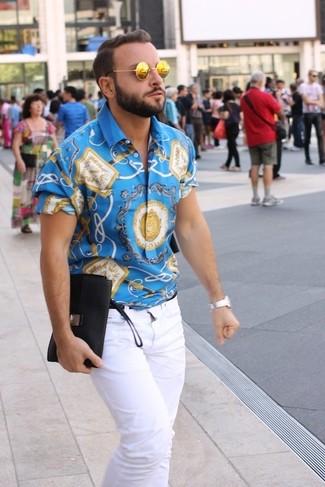 Comment porter: chemise à manches courtes imprimée bleue, jean blanc, lunettes de soleil dorées, montre argentée