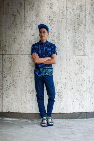 Comment porter une casquette de base-ball bleue: Pense à marier une chemise à manches courtes géométrique bleue avec une casquette de base-ball bleue pour un look idéal le week-end. Si tu veux éviter un look trop formel, fais d'une paire de des sandales en cuir vert menthe ton choix de souliers.