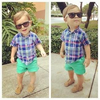 Comment porter: chemise à manches courtes bleue, short vert, slippers marron clair